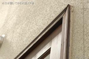 木口が開いた木製ドア枠