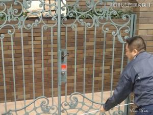 破損した門扉の採寸