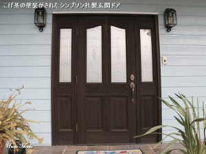 塗装が劣化したシンプソンの玄関ドア