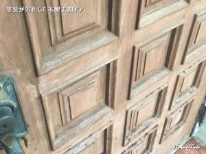 塗装が劣化した木製玄関ドア